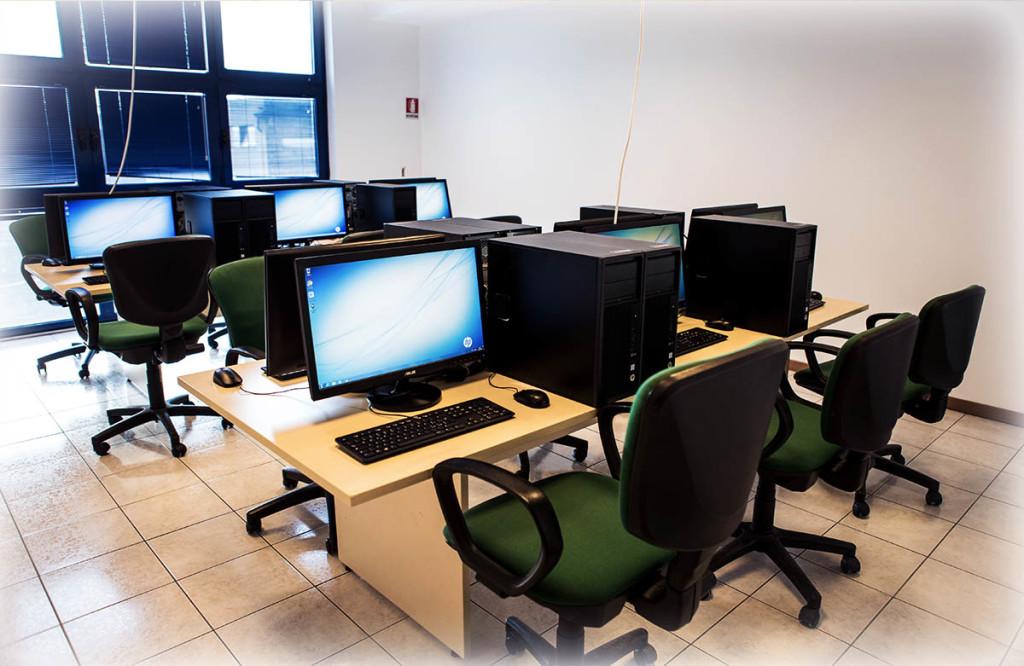 Aula informatica con computer fissi per corsi avanzati di Photoshop, Autocad, Cinema 4D. (caratteristiche visibili nella relativa sezione della pagina)