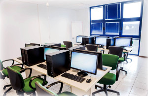 Aula informatica, dotata di computer fissi HP con processore quad core e scheda grafica dedicata, per corsi di grafica, Autocad, Cinema 4D, ecc.